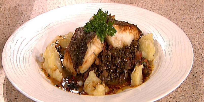 Skinnstekt torsk - Servereres med smakfullt tilbehør i form av grønne linser, soya- og ingefærsmør og jordskokkpuré.