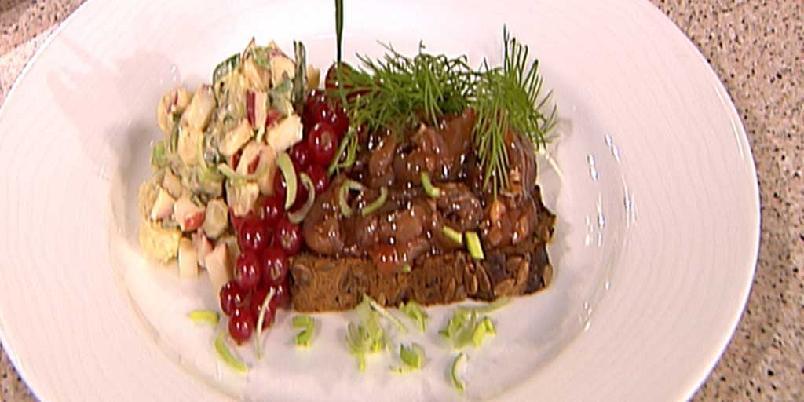 Kongelig dansk ripssild med rugbrød og potetsalat -