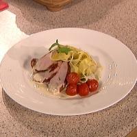 Baconstekt kyllingfilet med kremet blåmuggostsaus, ovnsbakte tomater og pasta - Bacon, kyllingfilet og blåmuggost i skjønn forening med pasta.