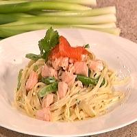 Kremet laks med sukkererter og pasta -