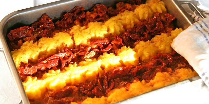 Kjøttdeig og potetmos i form - Fordelen med denne ovnsretten er at den kan lages på forhånd og varmes opp når du vil spise. Dersom du ikke har forsøkt det før kan du drysse et tynt, tynt lag med sukker over potetmosen som karamelliserer seg lett i ovnen.