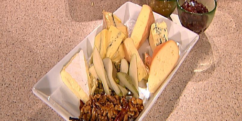 Osteanretning med smakfullt følge - Et stykke ost kan være en like god avslutning på et måltid som en dessert. Ost kan også serveres mellom hovedretten og en liten søt eller fruktig dessert.