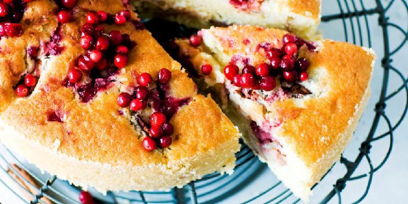 Eplekake med tyttebær - En saftig kake med både frukt og bær. God som den er, men litt vaniljesaus ved siden av smaker alltid godt!