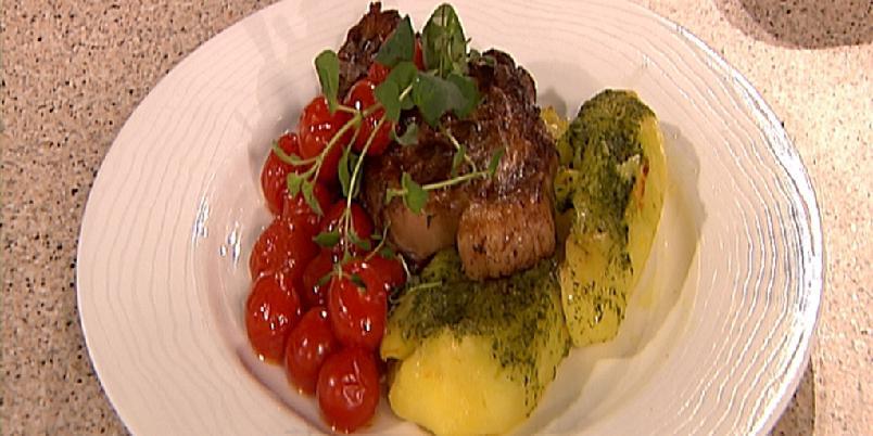 Ovnsbakte cherrytomater og knuste hvitløkspoteter - Godt følge til kylling, koteletter eller pølser. Gjerne også sammen med en grønn salat.