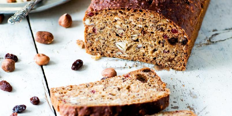 Brød med godsaker - Havregryn, spelt, linfrø, nøtter og frukt. Kan man bli annet enn kvikk og rask av dette lettbakte og sunne brødet?