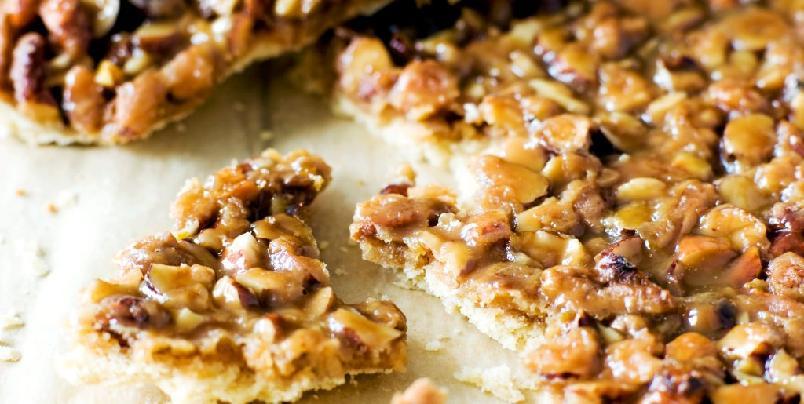 Nøtte- og karamellbiter - En hel langpanne med «småkaker». De forsvinner nok raskt, men skulle det bli noen til overs går det fint an å fryse dem.