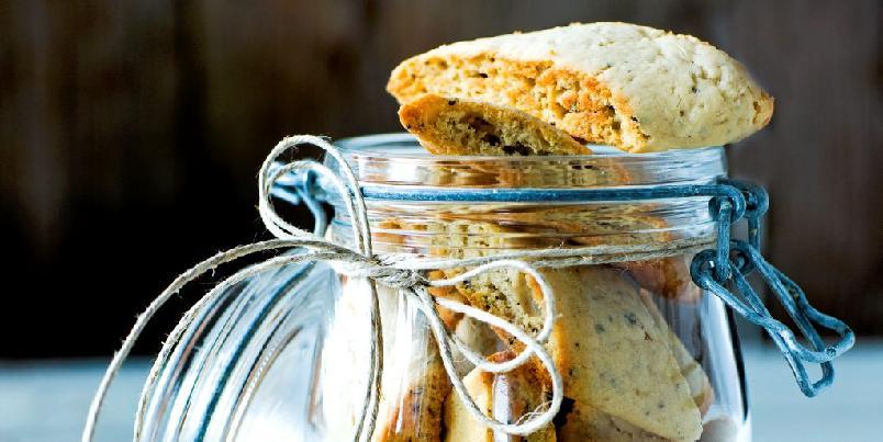 Kardemommeskorper - En kakeboks med tørre kaker er alltid bra å ha hjemme. Disse sprø kardemommeskorpene er lette å bake og holder lenge.