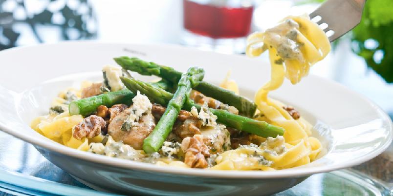 Tagliatelle med blåmuggostsaus og valnøtter - Dette er en lett, rask og velsmakende middagsrett. Velg den blåmuggosten som faller best i smak. Her er det mange varianter å velge mellom.