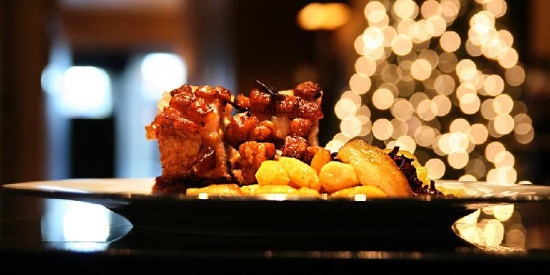 Hellstrøms tilbehør til ribbe - Her er mesterkokk Eyvind Hellstrøms tilbehør til juleribbe. Husk at du kan bruke det klarede smøret flere ganger. Om du begynner med potetene, så kan du bruke smøret til kål, løk og epler.