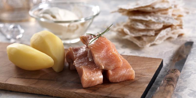 Forrett med rakfisk - Rakfisk passer utmerket som forrett og det blir fort et lystig lag når du serverer med et glass akevitt!