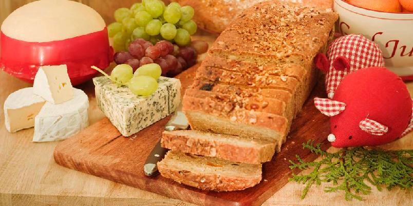 Frukt- og nøttebrød - Et tungt og kompakt brød med mye smak av frukt og nøtter. Deilig som tilbehør til osteanretning.