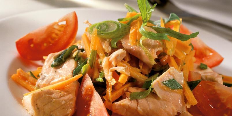 Laks- og gulrotsalat - En smakfull vinaigrette og finhakket frisk estragon er med på å gjøre denne salaten til en opplevelse. Server med godt brød, og du har en mettende lunsj eller middag.