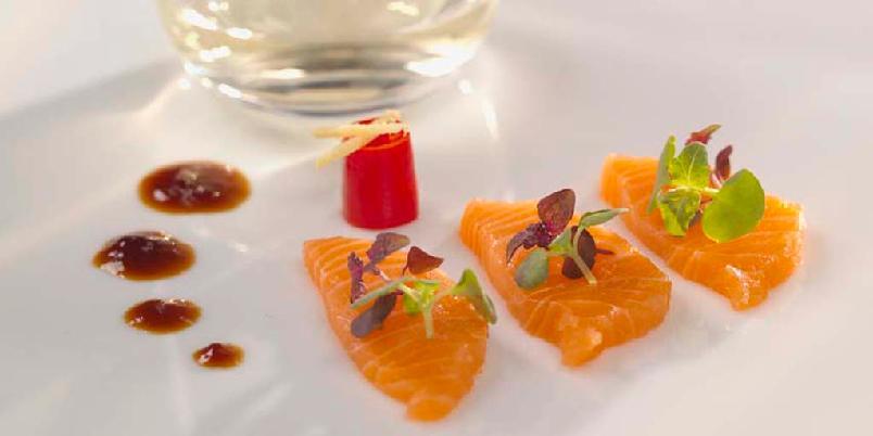 Sashimi av laks - Tynne rå skiver av laks med saus av soya, chili og ingefær. En lekker liten forrett.