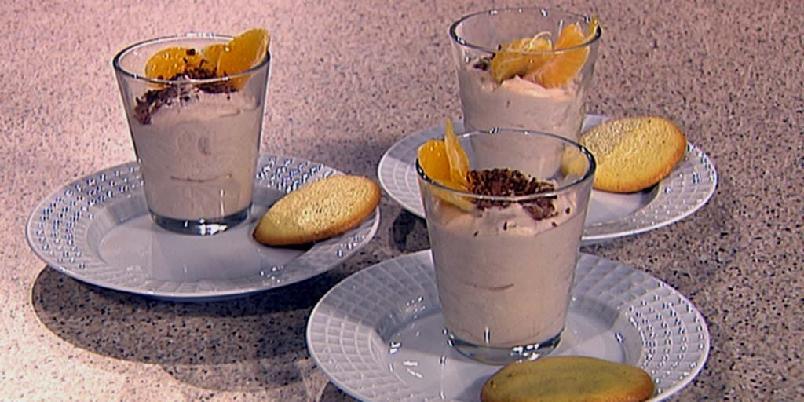 Madeirakrem med pleskner (småkaker) - God gammeldags dessert fra Hanna Winsnes' kokebok.