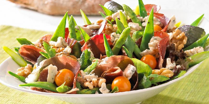 Salat med fenalår og blåmuggost - Dette er en salat for livsnytere som vil kombinere fyldige smaker med mye tid på solsengen. Spekemat gjør seg utmerket i salater, og blåmuggosten setter prikken over i'en.