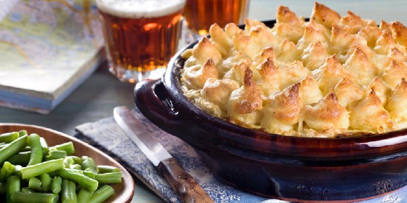Shepherds Pie - Tradisjonell engelsk rett med lammedeig og potetstappe på toppen, gratinert i ovnen.