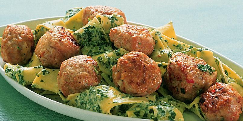 Kyllingkjøttboller med spinatpasta - Kjempegode kyllingkjøttboller blir bare enda bedre i følge med pasta og deilig kremet spinatsaus.