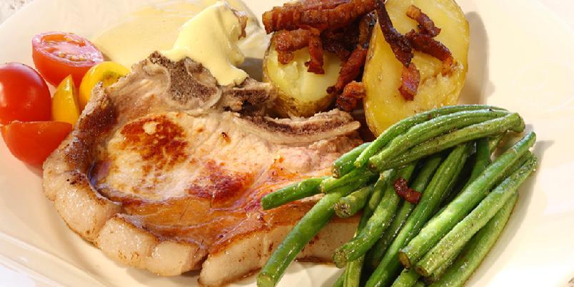 Svinekoteletter med baconpoteter og sennepsaus - Svinekoteletter er hverdagsmat. I denne oppskriften finner du en superenkel sennepsaus og deilige baconpoteter.