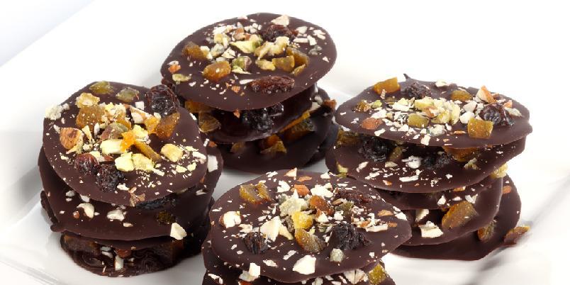Sjokoladepletter med frukt og nøtter - Smeltet mørk sjokolade drysset med hakket frukt og nøtter. Dette er godbiter laget i en fei.