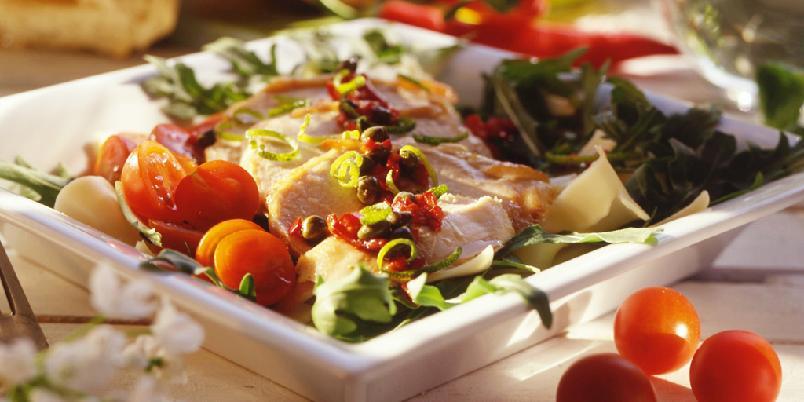 Kalkunsalat med pasta - En lett og lekker salat med spennende dressing av blant annet limeskall, balsamico og chili.