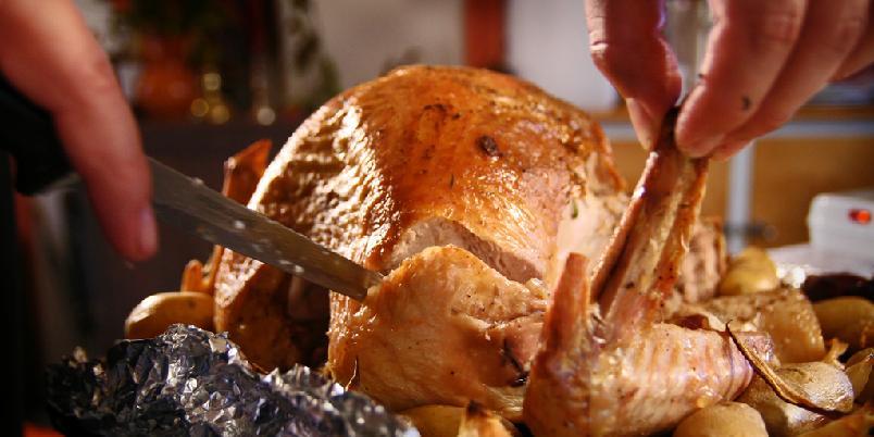 Klassisk kalkun - Mange sverger til den kontinentale tradisjonen med å servere fugl på julaften. Langt flere spiser kalkun på nyttårsaften og mange liker å lage det i påsken. Mange mener den fort blir tørr fordi den står for lenge i ovnen. Det unngår du med steketermometer! Den er ferdig på 70 grader.