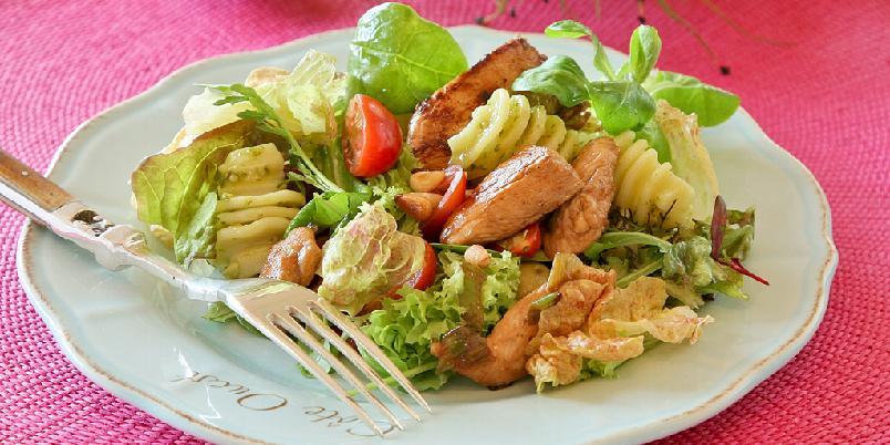 Kylling- og pastasalat - Kyllingfiletene i denne lette salaten blir marinert i en smakfull marinade med blant annet soyasaus, lime og frisk basilikum.