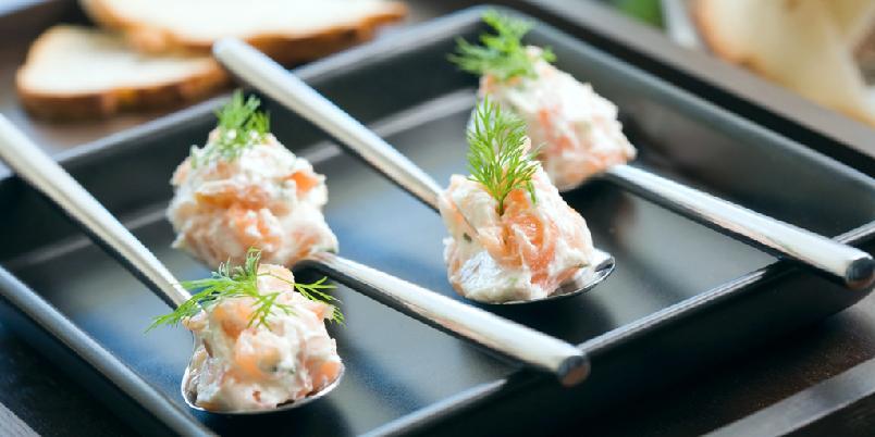 Ostekrem med røkt laks og pepperrot - Denne smakfulle kremen passer ypperlig som en liten forrett eller som en av mange retter på et tapasbord.