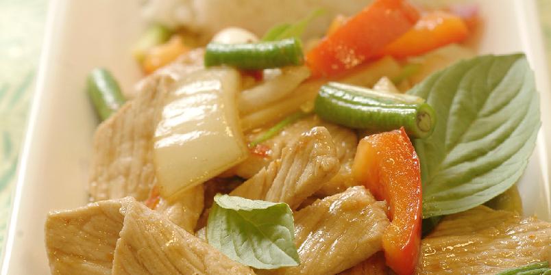 Wokstekt svinekjøtt med chili og basilikum - Her er en thailandsk wok som er rask å lage og som brenner deilig på tunga.