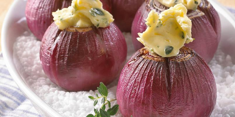 Bakt rødløk med timiansmør - Bakt løk er flott som tilbehør til en stekt biff eller kotelett. Server med kryddersmør. Velg urt etter smak.