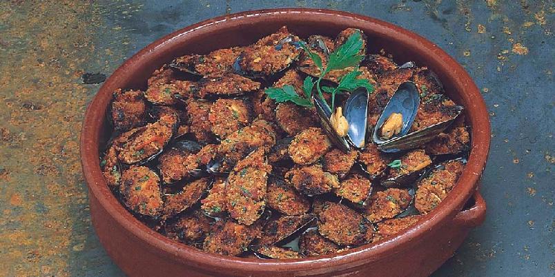 Blåskjell gratinert med tomat og salami - Server blåskjellene som en liten appetittvekker eller som en av mange tapas.