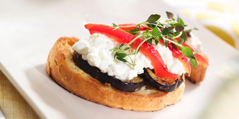 Bruschetta med aubergine og cottage cheese - Den klassiske bruschettaen er med hakkede, solmodne tomater. Oppskriften er med cottage cheese og aubergine, og må bare prøves.