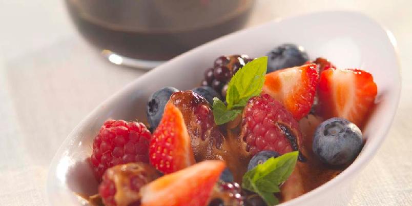 Bær med sherrygratinering - Eggekrem med søt sherry, gratinert med brulée-brenner, topper smaken av friske bær.