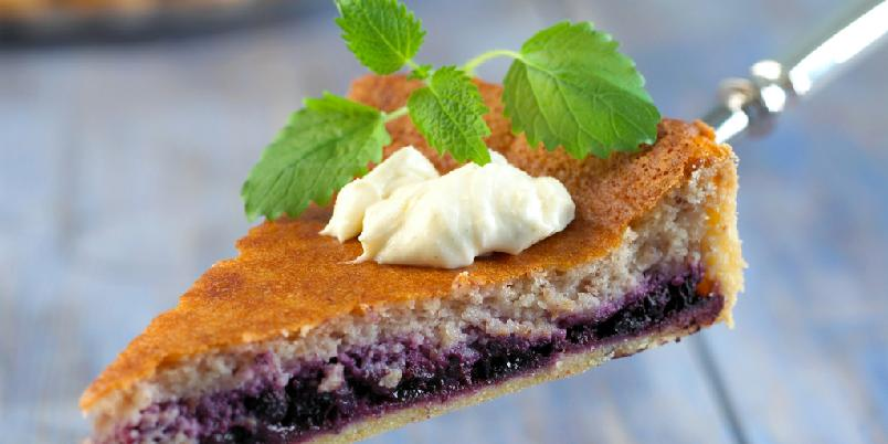 Blåbærpai med kardemommekrem - Bruk friske eller frosne blåbær i denne nydelige paien med bunn av kransekakemasse. Krem med kardemomme er spennende tilbehør.