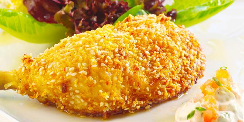 Sesampanerte kyllinglår med avokadosalat - Se hvor lekre kyllinglårene blir om du panerer dem selv! Avokadosalat er perfekt tilbehør.