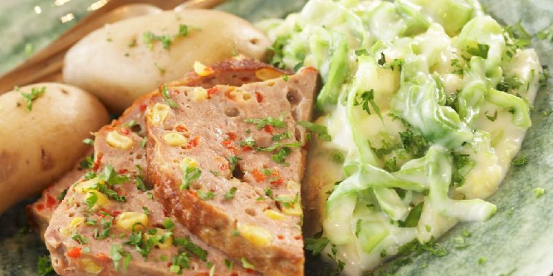 Grov kjøttpudding med kålstuing - Kjøttpudding med mais og paprika, hvit saus og god gammeldags kålstuing.