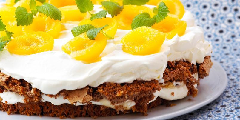 Valnøttkake med aprikos - En enkel og smakfull kake til alle anledninger. Baker du bunnen på forhånd er det fort gjort å pynte kaken.