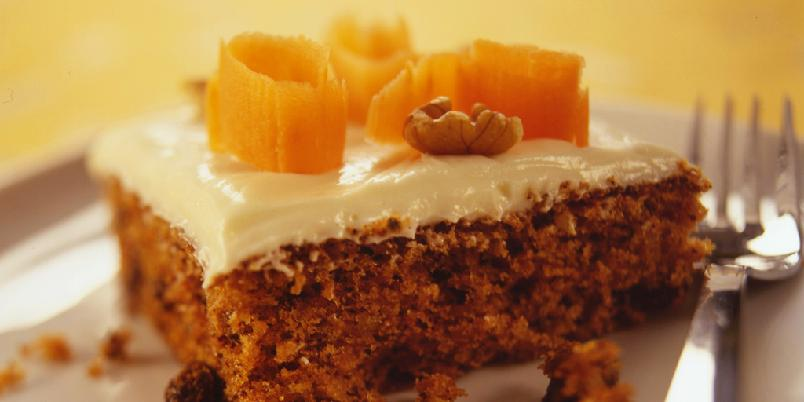 Gulrotkake med ostekrem - Gulrotkake er saftig og godt, og kremen på toppen er uimotståelig!