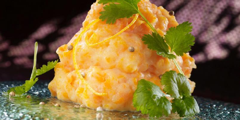 Potetmos med gulrot og appelsin - Dette er en mild, men smakfull og spennende potetmos. Den passer spesielt godt til pølser, svin og kylling.