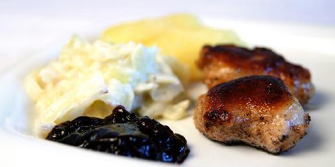 Farsekaker med kålstuing - Farsekaker er skreddersydd for hverdager med lite tid til matlaging og magre lommebøker. De serveres gjerne med tyttebærsyltetøy, kokte poteter og kålstuing.