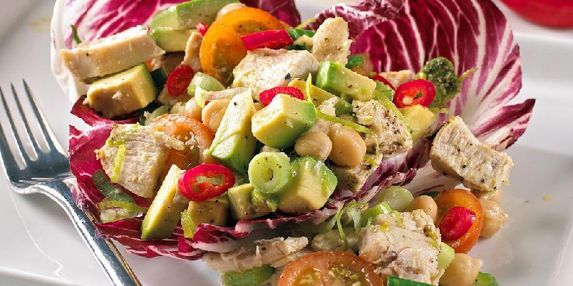 Kyllingsalat med masse snadder - Dette er en herlig matsalat med mange gode ingredienser. Server den gjerne for seg selv til middag.