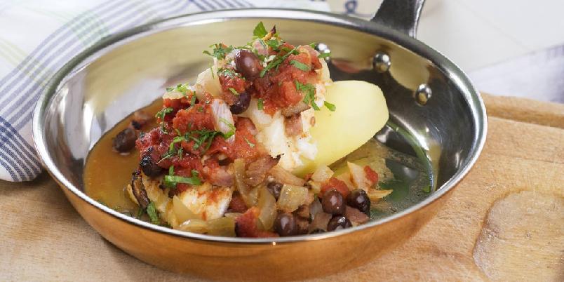 Tomatisert fiskegryte - Tomater, oliven, hvitløk og løk gir smak og farge til fisken.