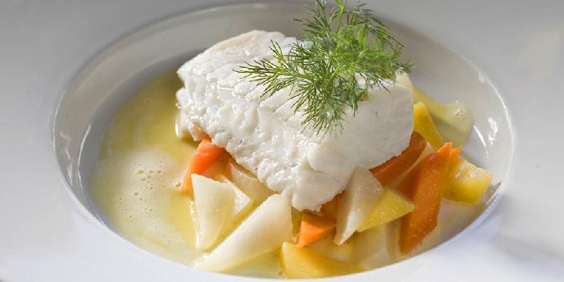 Dampet torskefilet med sitronsmørsaus - Fisken blir ekstra god, fordi den dampes på rist over kokende vann.
