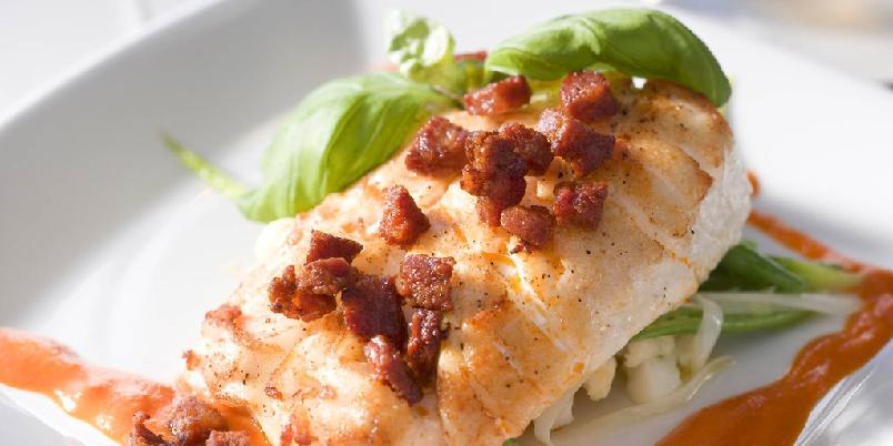 Ovnsbakt torsk med chorizo og paprikasaus - Den kraftige spanske pølsen chorizo passer godt til den milde fisken.