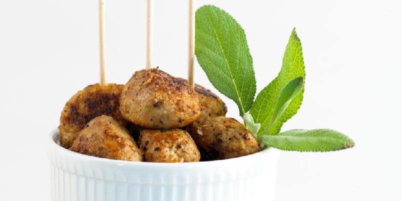 Kyllingboller med sitron og salvie - Server bollene alene eller sammen med med salat, brød og aïoli. Pyntes med frisk salvie, sitron eller lime.
