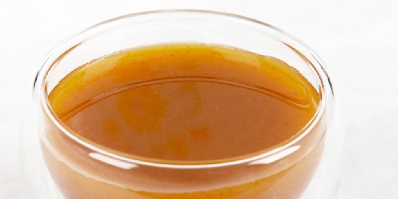 Syrlig salatdressing med paprika - Paprika og worchestershiresaus er blant ingrediensene i denne smakfulle dressingen.