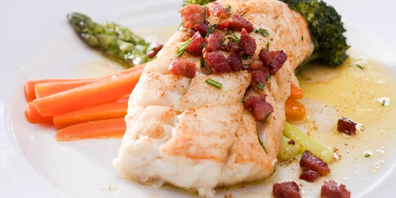 Pannestekt torsk med bacon- og gressløksmør - Enkelt og supergodt! Torsk som stekes i panne bør ha skinnet på for å unngå at de faller fra hverandre.