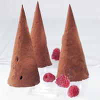 Sjokoladeparfait med sitruslikør - Sjokolade og sitrus smaker veldig godt sammen, fordi sitrussyren på en fin måte balanserer syren i sjokolade. Litt krydder gir parfaiten enda en smaksdimensjon.