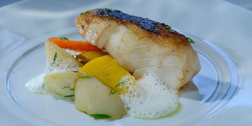 Pannestekt torskerygg med bakte rotfrukter og hvitløkskum - Stekt torsk blir veldig godt sammen med grønnsaker.