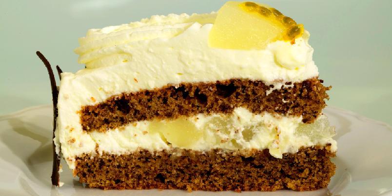 Sjokoladekake med pære - En kremkake med sjokolade som dynkes kraftig. Pynt eventuelt med ferdigkjøpte sjokoladeflak eller annen pyntesjokolade.