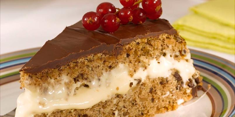 Valnøttkake med romkrem - Valnøttkaken er fylt med romkrem og trukket med sjokolade. En perfekt kombinasjon.